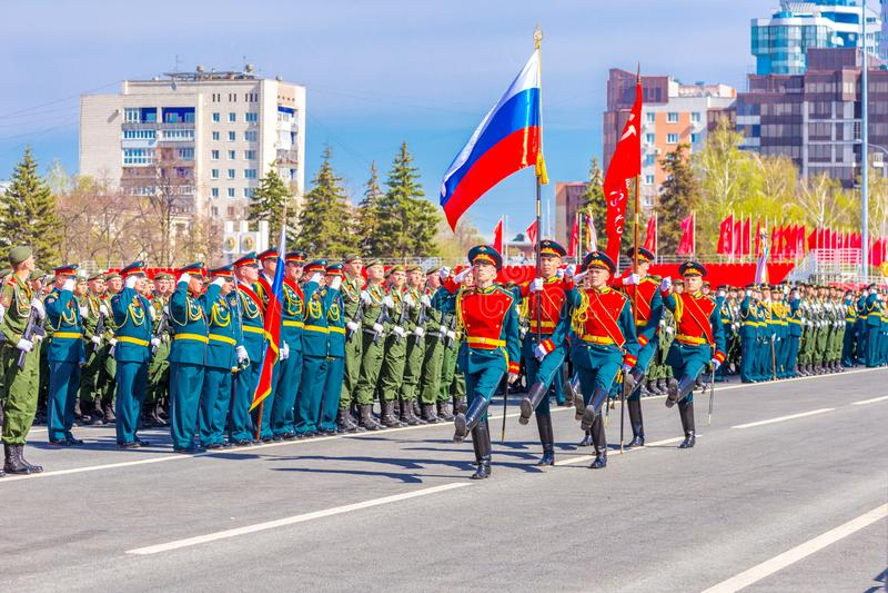 Военнослужащие почетного караула носят знамя победы и русское tricolor на стоковое фото rf