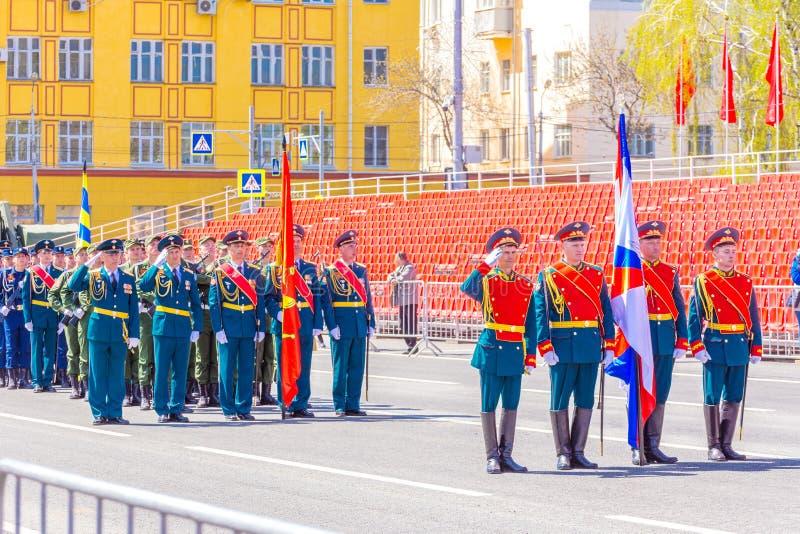 Военнослужащие почетного караула носят знамя победы и русское tricolor на стоковое изображение rf