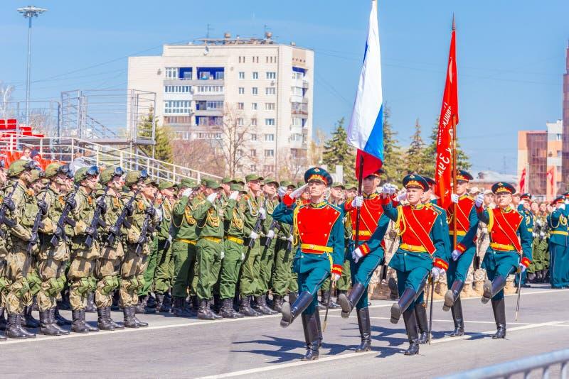 Военнослужащие почетного караула носят знамя победы и русское tricolor на церемониальный марш военных para стоковая фотография rf