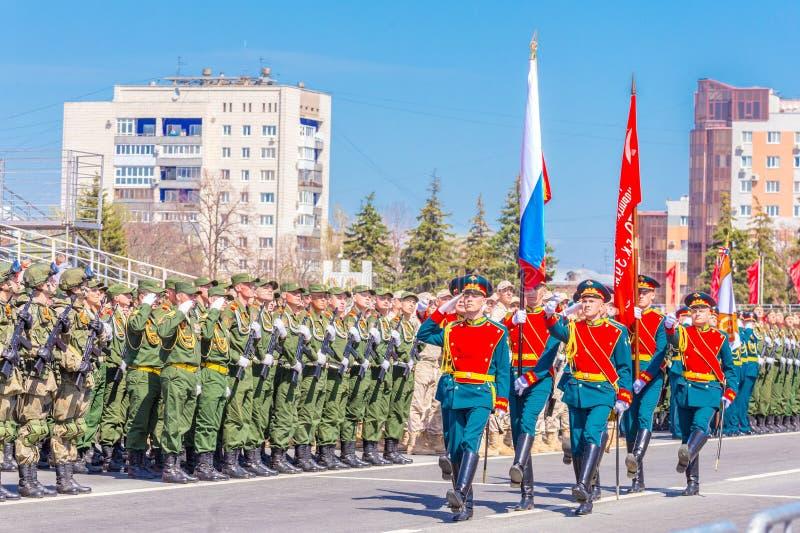 Военнослужащие почетного караула носят знамя победы и русское tricolor на стоковое изображение