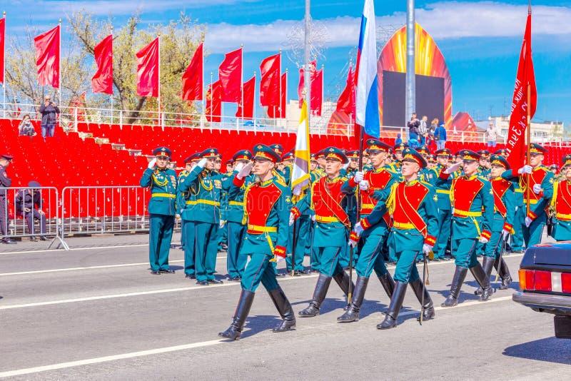 Военнослужащие почетного караула носят знамя победы и русское tricolor на стоковые изображения