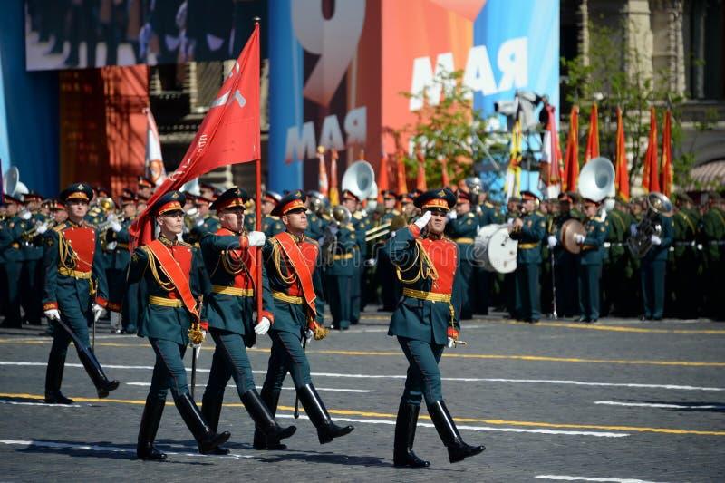 Военнослужащие почетного караула носят знамя победы на параде в честь дня победы стоковая фотография rf