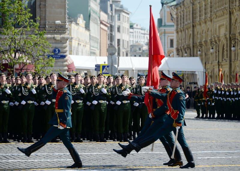 Военнослужащие почетного караула носят знамя победы на параде в честь дня победы стоковое изображение rf