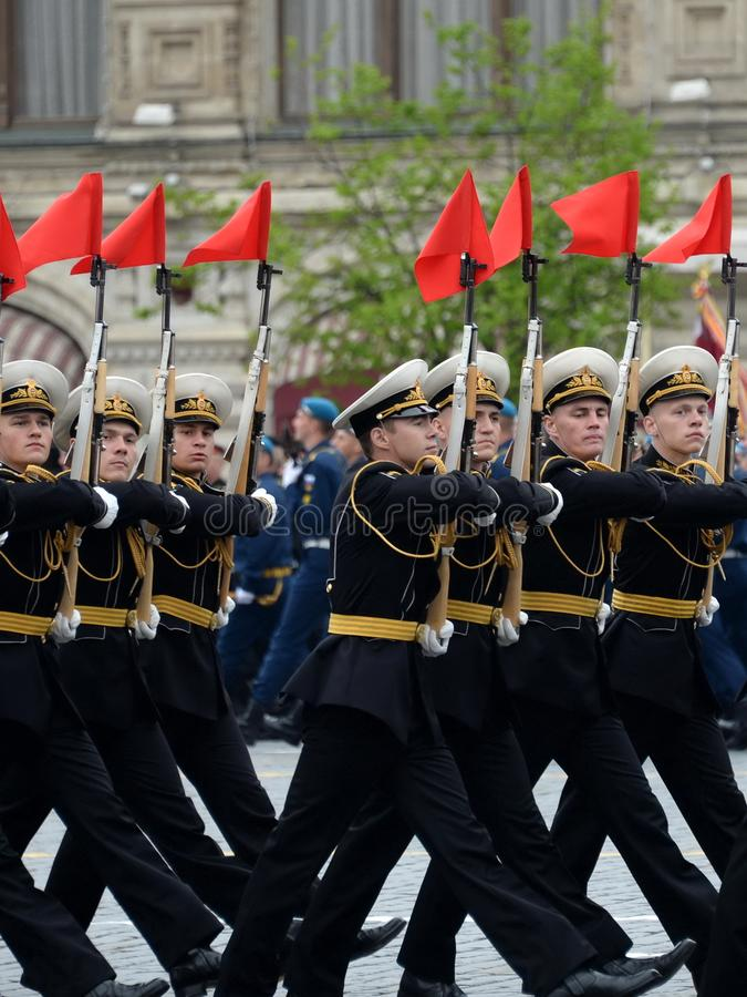 Военнослужащие почетного караула отдельного полка Transfiguration ` s commandant на репетиции победы проходят парадом стоковое фото rf
