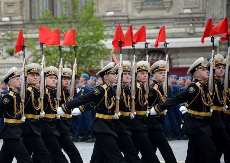 Военнослужащие почетного караула отдельного полка Transfiguration ` s commandant на репетиции победы проходят парадом стоковые фотографии rf
