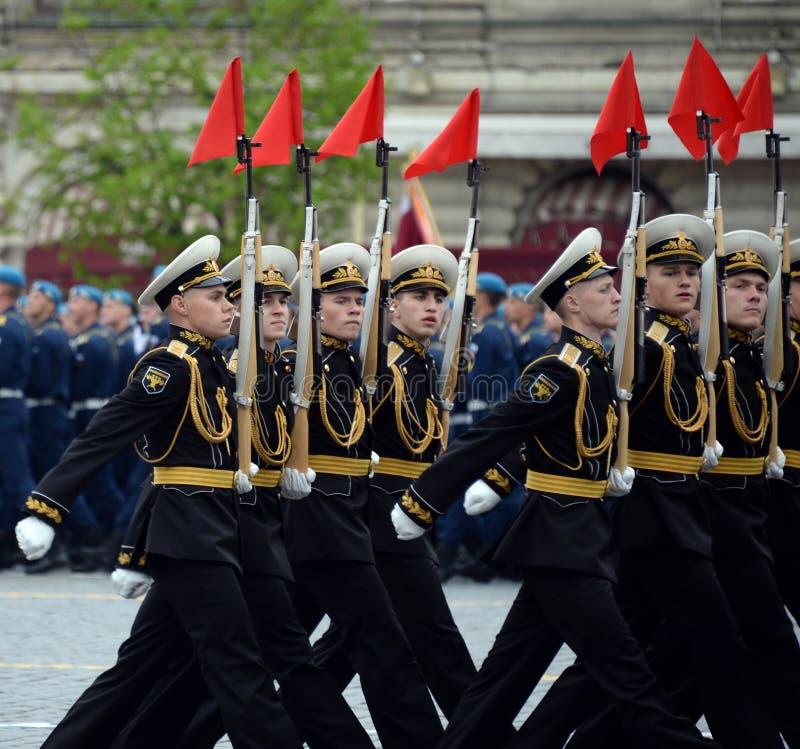 Военнослужащие почетного караула отдельного полка Transfiguration ` s commandant на репетиции победы проходят парадом стоковые изображения