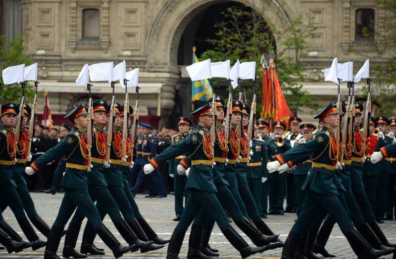 Военнослужащие почетного караула отдельного полка Transfiguration ` s commandant на репетиции победы проходят парадом стоковая фотография