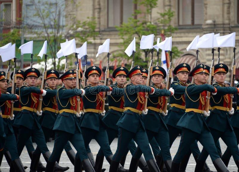 Военнослужащие почетного караула отдельного полка Transfiguration ` s commandant на репетиции победы проходят парадом стоковые фото