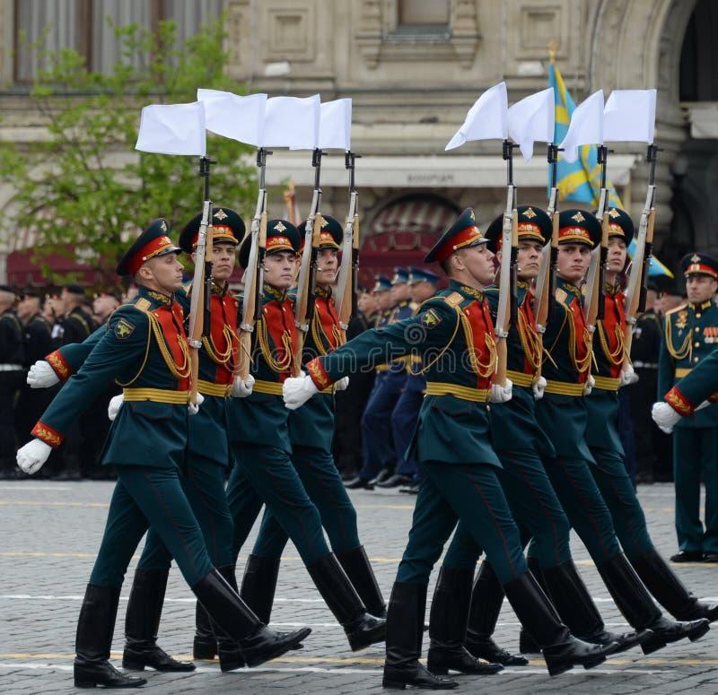 Военнослужащие почетного караула отдельного полка Transfiguration ` s commandant на репетиции победы проходят парадом стоковые изображения rf