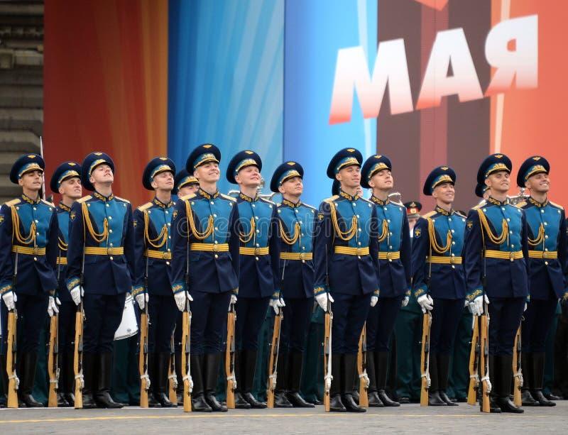 Военнослужащие почетного караула отдельного полка Transfiguration ` s commandant на репетиции победы проходят парадом стоковая фотография rf