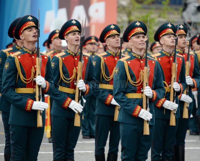 Военнослужащие почетного караула отдельного полка Transfiguration ` s commandant на репетиции победы проходят парадом стоковое изображение rf