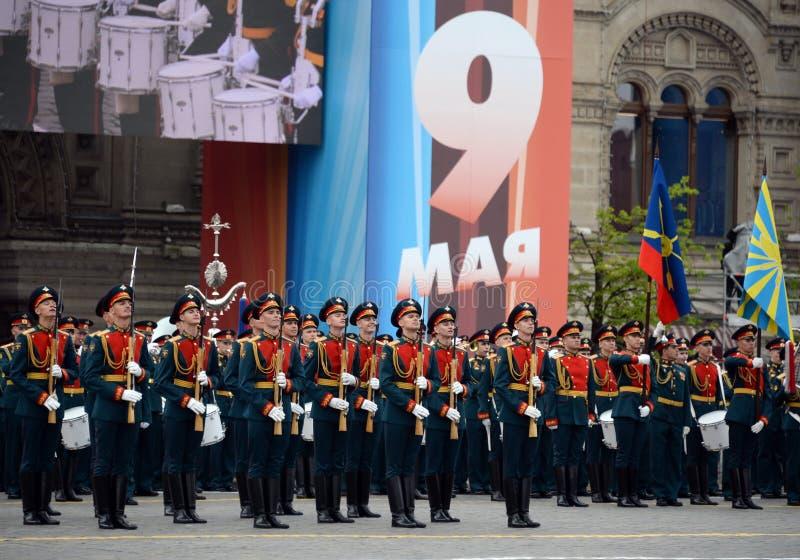 Военнослужащие почетного караула отдельного полка Transfiguration ` s commandant на репетиции победы проходят парадом стоковое изображение