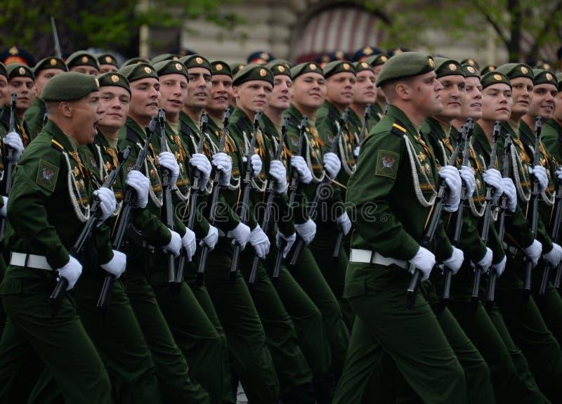 Военнослужащие 38th отдельной железнодорожной бригады во время генеральной репетиции парада на красной площади в честь дня победы стоковая фотография rf