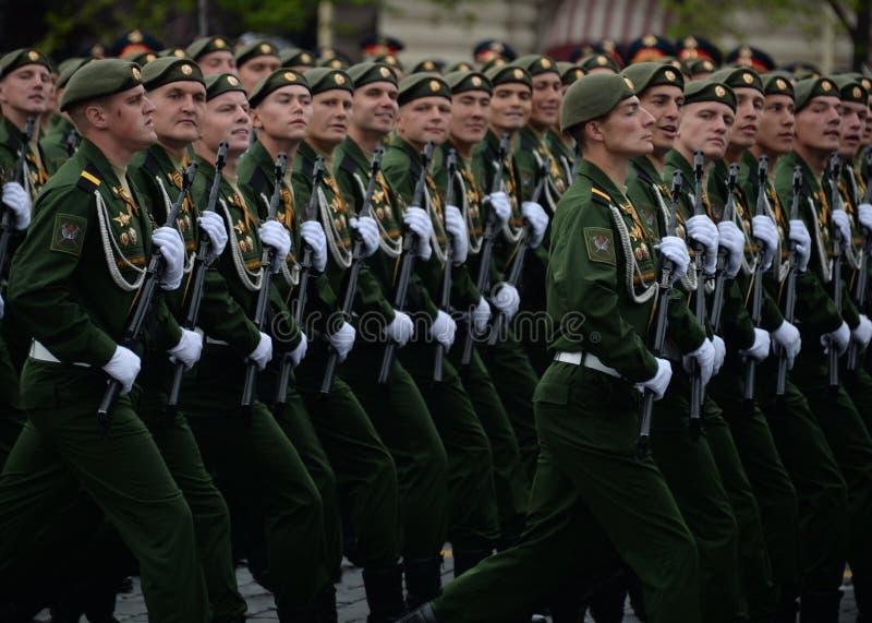 Военнослужащие 38th отдельной железнодорожной бригады во время генеральной репетиции парада на красной площади в честь дня победы стоковые фотографии rf