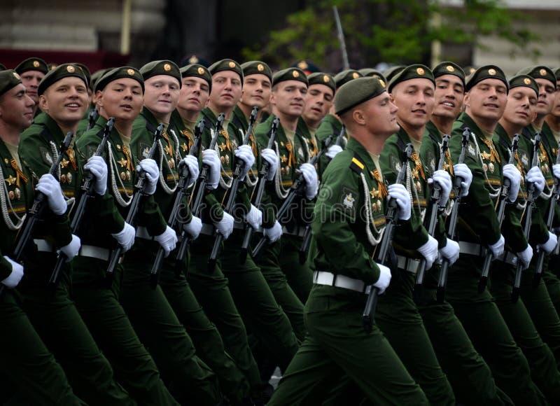 Военнослужащие 38th отдельной железнодорожной бригады во время генеральной репетиции парада на красной площади в честь дня победы стоковые изображения rf