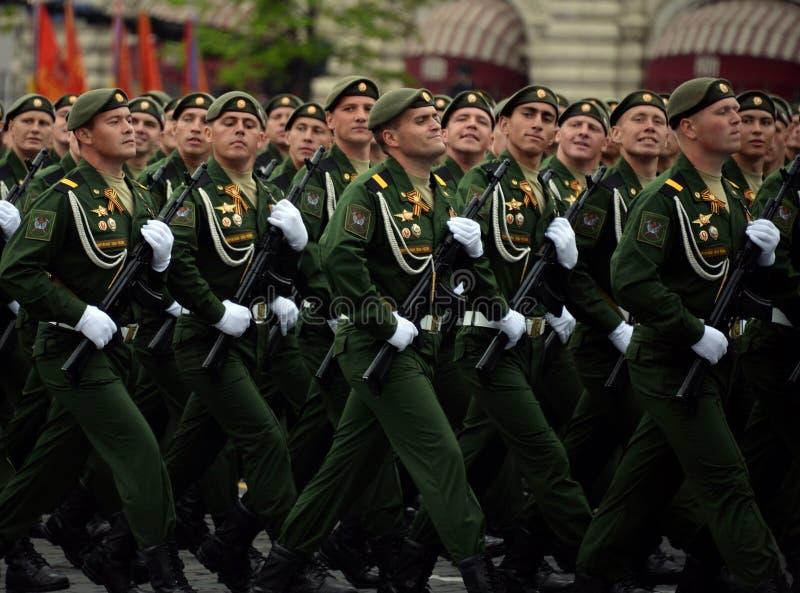 Военнослужащие 38th отдельной железнодорожной бригады во время генеральной репетиции парада на красной площади в честь дня победы стоковое фото