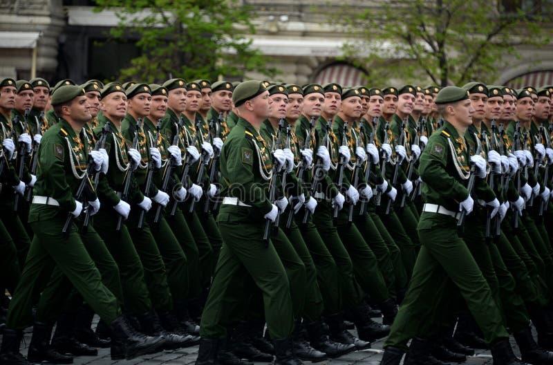 Военнослужащие 38th отдельной железнодорожной бригады во время генеральной репетиции парада на красной площади в честь дня победы стоковое изображение