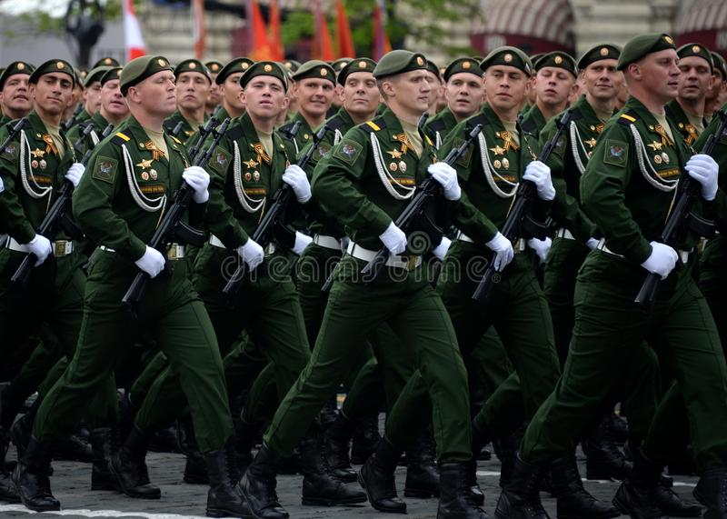 Военнослужащие 38th отдельной железнодорожной бригады во время генеральной репетиции парада на красной площади в честь дня победы стоковые фото