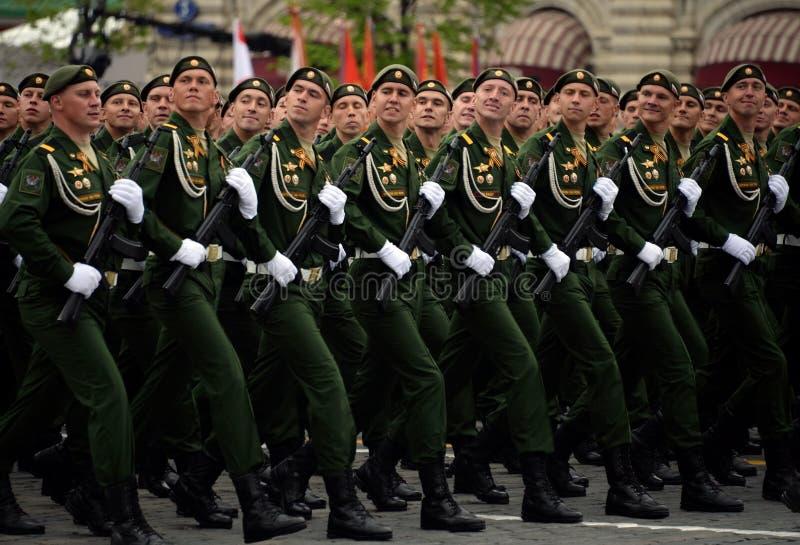 Военнослужащие 38th отдельной железнодорожной бригады во время генеральной репетиции парада на красной площади в честь дня победы стоковые изображения