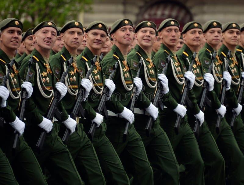 Военнослужащие 38th отдельной железнодорожной бригады во время генеральной репетиции парада на красной площади в честь дня победы стоковое изображение rf