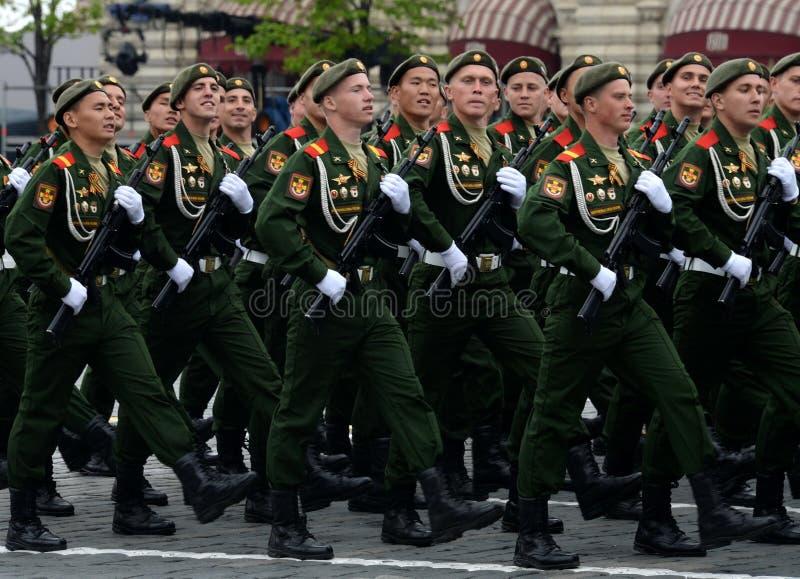 Военнослужащие 27th отдельных предохранителей моторизовали бригаду Красного знамени Севастополя винтовки во время генеральной реп стоковая фотография rf
