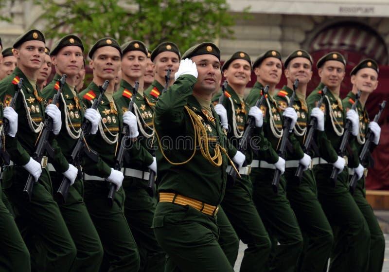 Военнослужащие 27th отдельных предохранителей моторизовали бригаду Красного знамени Севастополя винтовки во время генеральной реп стоковые изображения rf