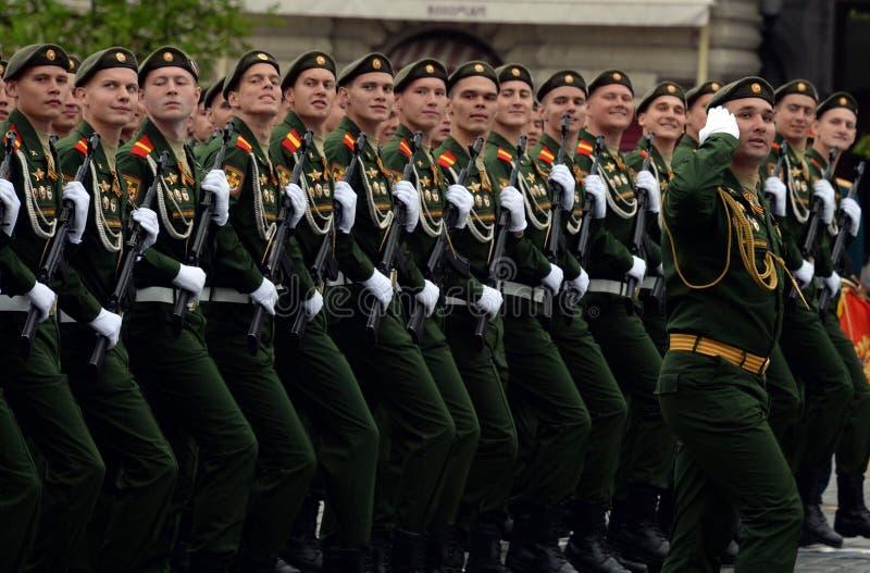 Военнослужащие 27th отдельных предохранителей моторизовали бригаду Красного знамени Севастополя винтовки во время генеральной реп стоковые изображения