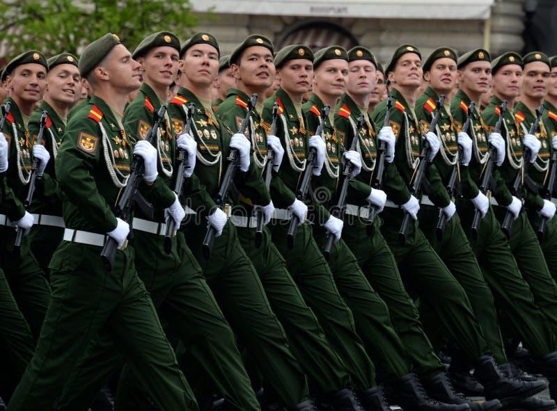 Военнослужащие 27th отдельных предохранителей моторизовали бригаду Красного знамени Севастополя винтовки во время генеральной реп стоковое изображение