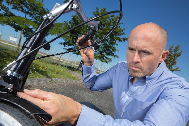 Военнослужащий ремонтируя автомобиль колеса стоковое фото rf