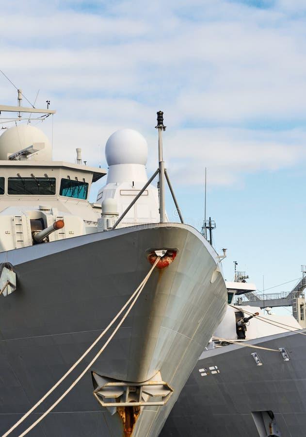 Военные корабли с оружи стоковые фотографии rf