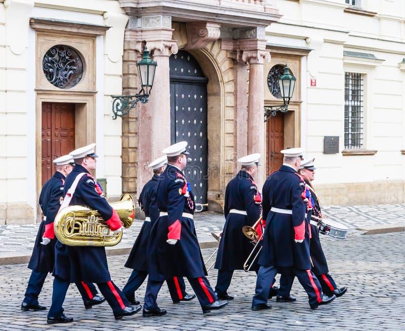 Военные солдаты музыкантов маршируя к входу Pra стоковая фотография