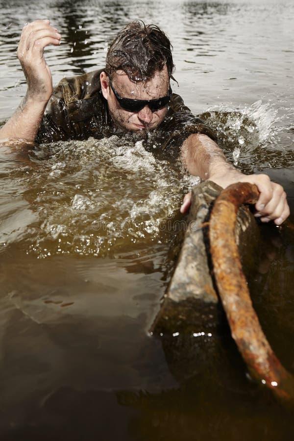 Военный в солнечных очках на конце своих сил стоковое фото