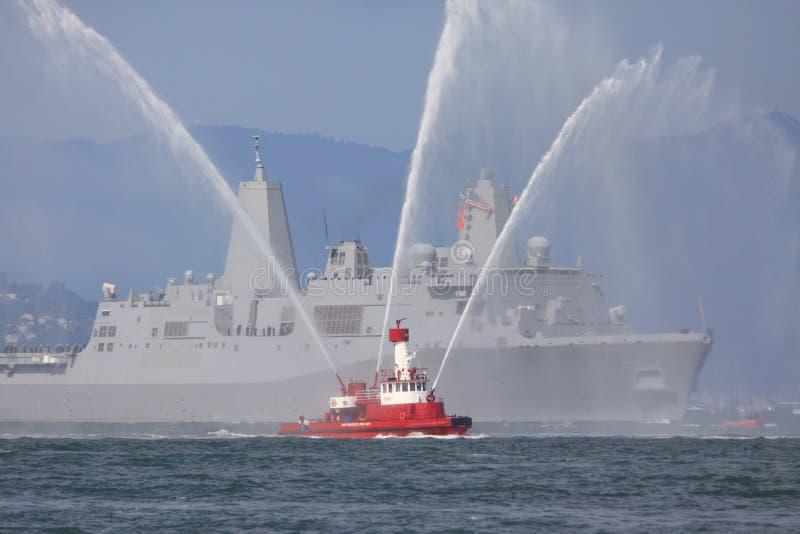 военный корабль пожара шлюпки стоковое фото rf
