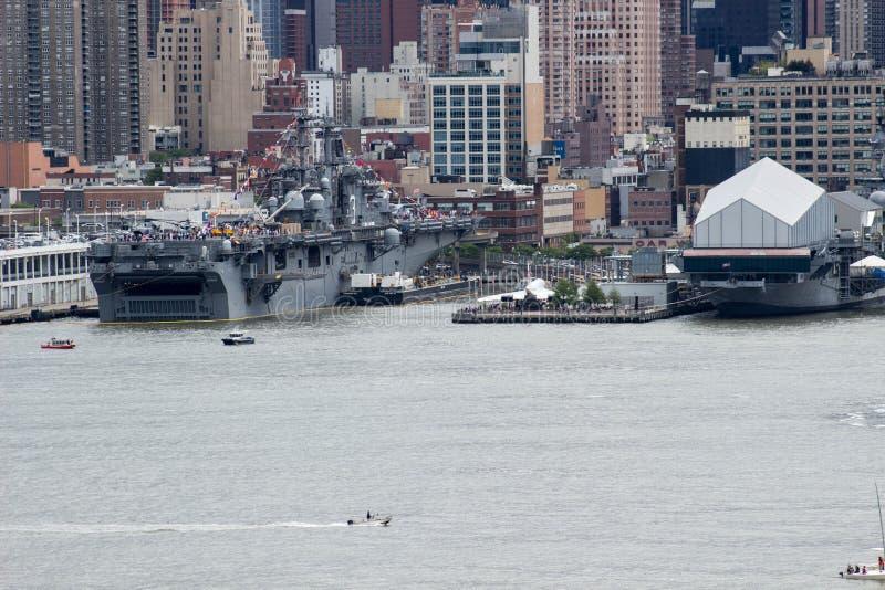 Военный корабль на порте в NYC стоковое изображение