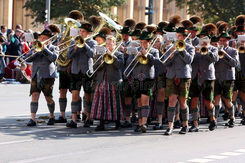 Военный оркестр на Oktoberfest стоковая фотография
