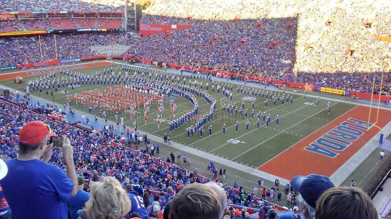 Военный оркестр футбола аллигаторов Флориды на поле стоковое изображение