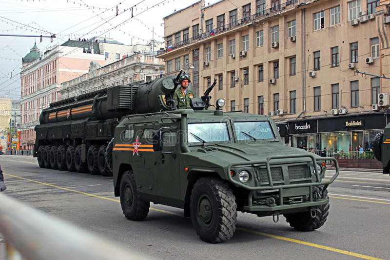 Download Военный парад в Москве редакционное изображение. изображение насчитывающей machinery - 40584425