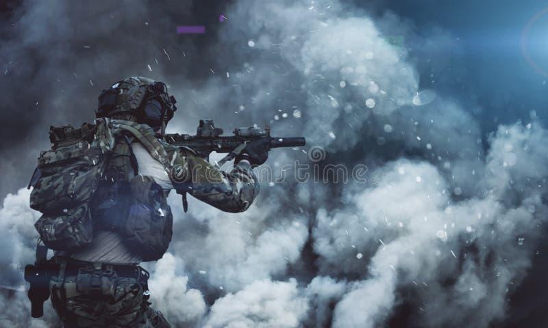 Военный солдат между дымом и пылью в поле брани стоковые изображения rf