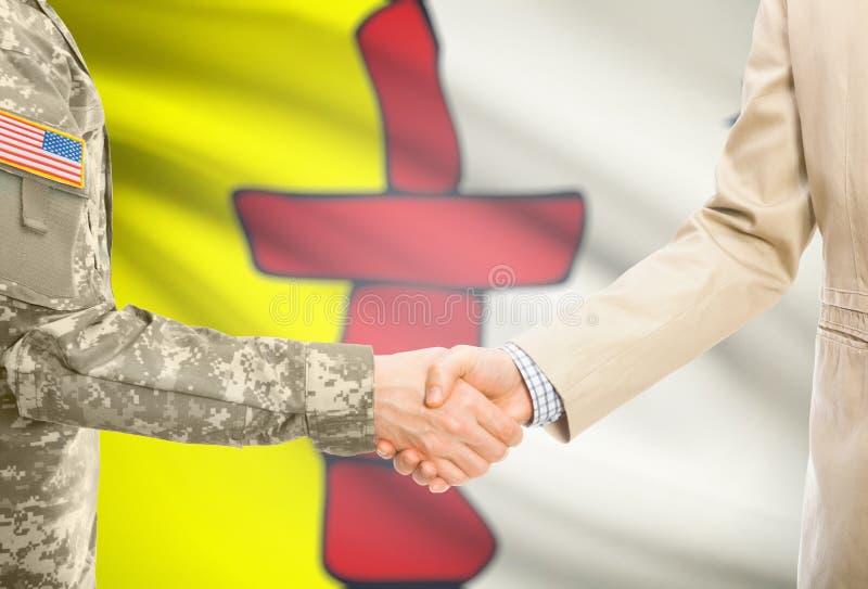 Военный США в равномерном и гражданском человеке в костюме тряся руки с некоторым флагом канадской провинции на предпосылке - Nun стоковые фотографии rf