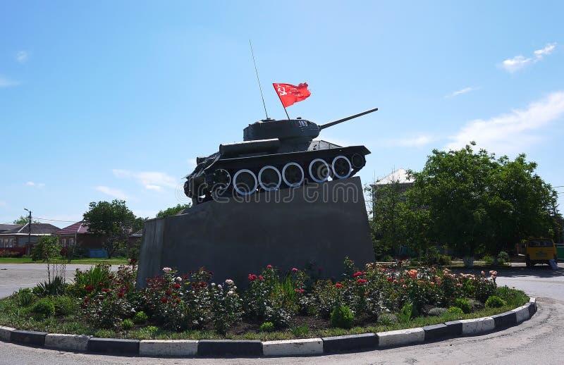 Военный танк припаркованный на том основании o стоковые фото