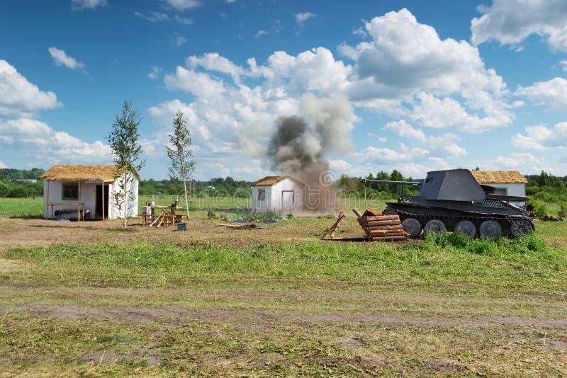 Военн-исторический фестиваль в Kirov Взрыв в деревне и нашествие немецкого танка стоковая фотография rf