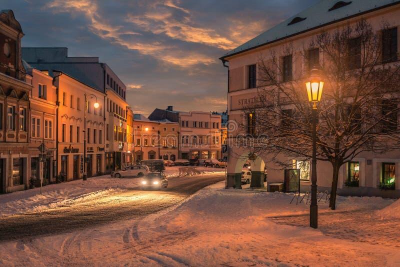 Вождение автомобиля в снежностях в волшебной старой улице с фонариками стоковые изображения rf