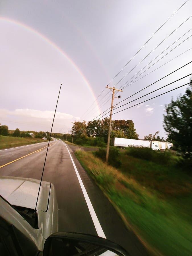 Вождение автомобиля к радуге стоковое изображение
