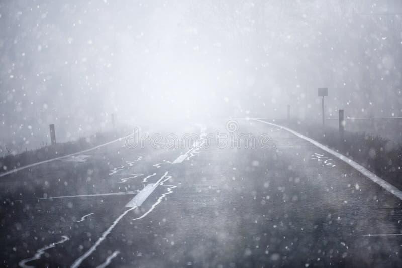 Вождение автомобиля на снежной и скользкой дороге стоковое фото rf