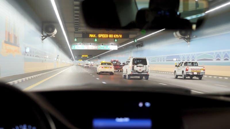 Вождение автомобиля через тоннель, тоннель шоссе на ноче Интерьер городского тоннеля с автомобилем, нерезкостью движения Выходить стоковые изображения rf