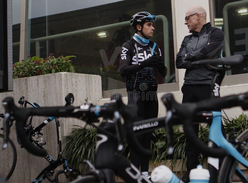 Вождь Дэйв Brailsford неба команды говорит к велосипедисту Mikel Landa стоковое фото