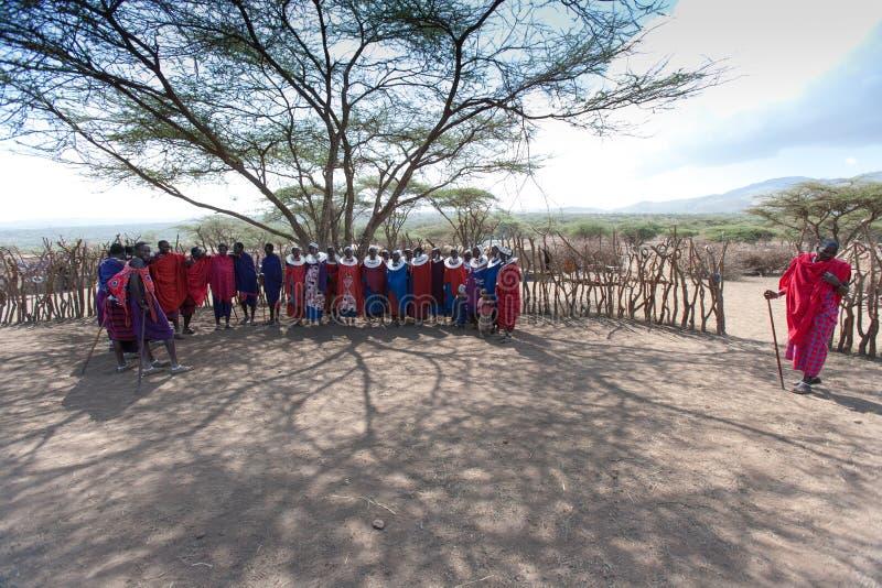Вождь Masai и его племя. стоковые фотографии rf