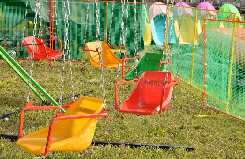 Возбуждать едет для детей - качаний, карусели на цепях стоковое изображение rf