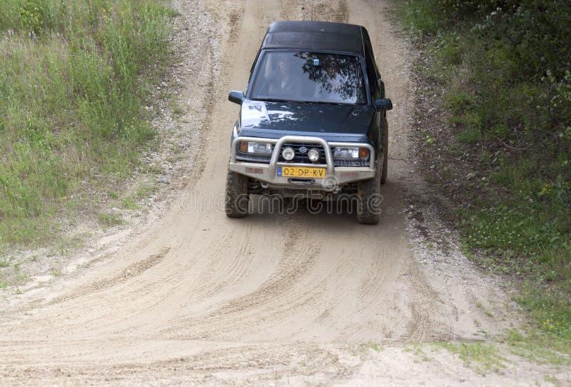 Возбуждать с drivig дороги в яме песка выигрывая стоковые изображения rf