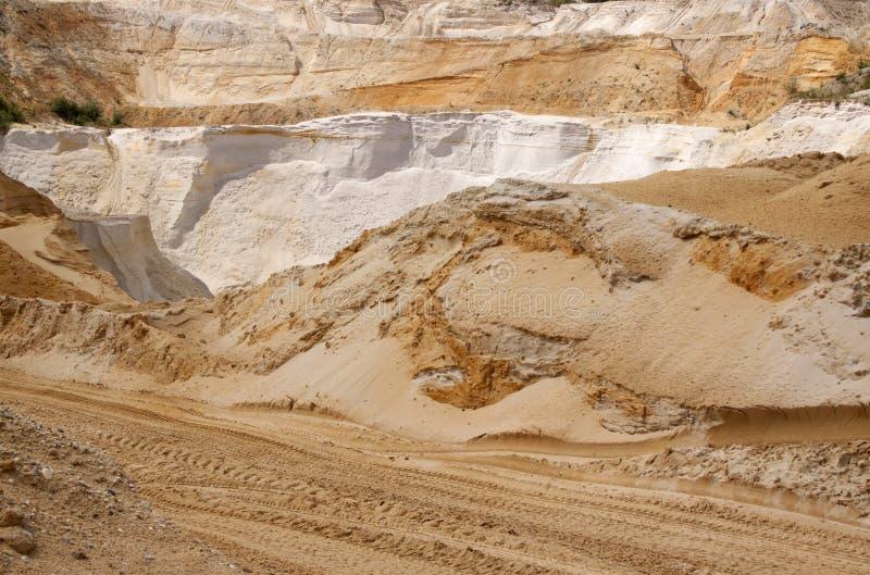 Возбуждать с drivig дороги в яме песка выигрывая стоковое изображение rf